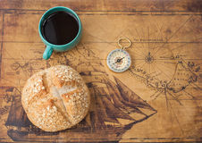 Gorąca filiżanka, chleb i kompas, Fotografia Royalty Free