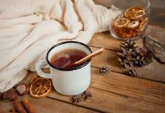 Gorąca filiżanka herbata na drewnianym stole Fotografia Royalty Free