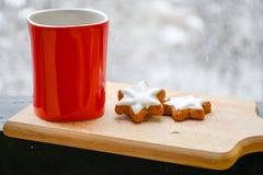 Gorąca filiżanka herbata w zimnym zima ranku obrazy stock