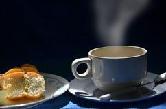 Gorąca filiżanka i chlebowy naczynie w świetle Obraz Royalty Free