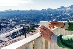 Gorąca filiżanka kawy przegapia górę Obrazy Stock