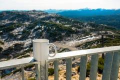 Gorąca filiżanka kawy przegapia górę Fotografia Stock