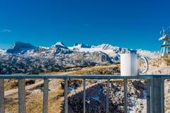 Gorąca filiżanka kawy przegapia górę Obraz Royalty Free