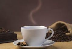 Gorąca filiżanka kawy w restauraci fotografia stock
