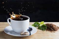 Gorąca filiżanka kawy z prostackimi grinded fasolami kawowymi, obrazy royalty free