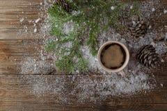 Gorąca filiżanka na mroźnym zima dnia nadokiennym tle /Christm Zdjęcie Stock