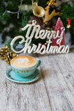 Gorąca filiżanka na rocznika stołu /Christmas wakacji tle obraz stock