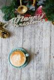 Gorąca filiżanka na rocznika stołu /Christmas wakacji tle Fotografia Stock