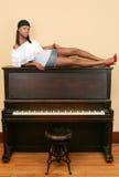 gorąca fortepianowa kobieta siedząca Zdjęcia Royalty Free