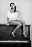 gorąca fortepianowa kobieta siedząca Fotografia Stock