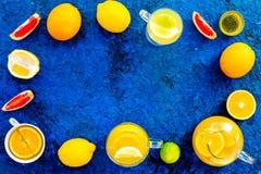 Gorąca fragrant herbata z owoc Teacup i teapot blisko cytrusów na błękitnej tło odgórnego widoku kopii przestrzeni Zdjęcie Royalty Free