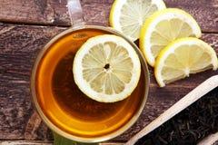 Gorąca herbata w przejrzystej filiżance Herbata z cytryn owoc Rozgrzewkowy dri Obraz Stock