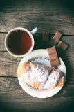 Gorąca herbata z croissant i czekoladą prętowej wizerunku damy retro dymienia styl Zdjęcie Royalty Free