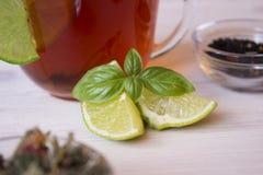 Gorąca herbata z wapnem w filiżance Obraz Royalty Free
