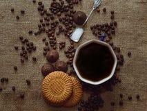 Gorąca kawa i cukierki na stole, odgórny widok Tło zdjęcie stock