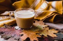 Gorąca kawa na wieśniaka stole z liśćmi Fotografia Royalty Free