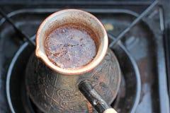 Gorąca kawa przygotowywająca w turku na gazie zbliżenie Zdjęcia Royalty Free