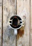 Gorąca kawa w filiżance umieszczającej na drewnianym podłogowym ranku Zdjęcie Stock