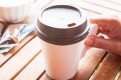 Gorąca kawa w papierowej filiżanki porci na stole Fotografia Stock