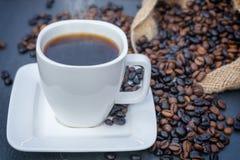 Gorąca kawa z świeżymi piec kawowymi fasolami fotografia royalty free