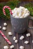Gorąca kawowa czekolada z marshmallow na nieociosanym drewnianym stołowym tle, cukierek trzcin prezenta pudełek jedlinowy drzewo Fotografia Royalty Free