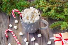 Gorąca kawowa czekolada z marshmallow na nieociosanym drewnianym stołowym tle, cukierek trzcin prezenta pudełek jedlinowy drzewo Fotografia Stock