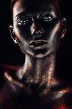 Gorąca kobieta w czerwieni błyskotliwość i czarnej farbie obrazy stock