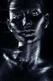 Gorąca kobieta w srebro błyskotliwość i czarny spływanie malujemy zdjęcie stock