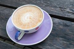 Gorąca latte kawa z drewnianym tłem Zdjęcia Stock