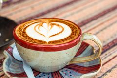 Gorąca mokki kawa Filiżanka gorąca kawa z piękną sztuką Ranek Fotografia Royalty Free