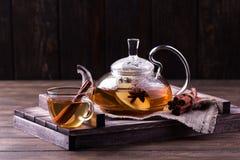 Gorąca owocowa herbata z dojrzałymi bonkretami i cynamonem, wyśmienicie i aromatyczny zdjęcia stock