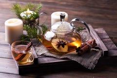Gorąca owocowa herbata z dojrzałymi bonkretami i cynamonem, wyśmienicie i aromatyczny fotografia stock