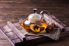 Gorąca owocowa herbata z dojrzałymi bonkretami i cynamonem, wyśmienicie i aromatyczny fotografia royalty free