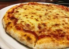 Gorąca pizza Margherita, pizza nakrywająca z mozzarellą Zdjęcie Stock