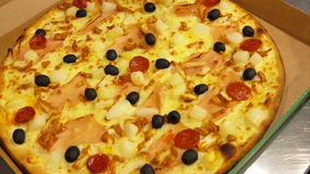 Gorąca pizza stawia w kartonie zbiory