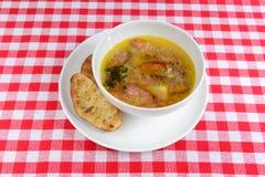 Gorąca polewka z łowieckimi kiełbasami i plasterkami chleb w pucharze Fotografia Stock