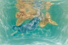 Gorąca Pyzata Curvy kobieta Pozuje Pod wodą w pięknym odziewa samotnie w głębokim fotografia royalty free