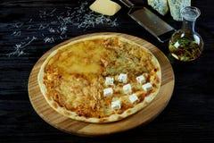 Gorąca sosowana wyśmienicie Włoska pizza obrazy stock