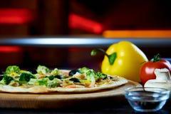 Gorąca sosowana wyśmienicie Włoska pizza obrazy royalty free
