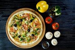 Gorąca sosowana wyśmienicie Włoska pizza obraz royalty free