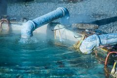 Gorąca woda od metra przy Sankamphaeng gorącą wiosną obrazy stock