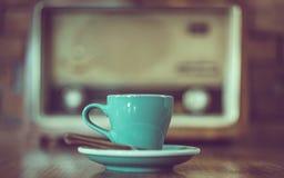 Gorąca Zielona filiżanki kawa Z spodeczkiem zdjęcie stock