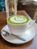 Gorąca zielona herbata z mlekiem w białej filiżance Zdjęcia Stock