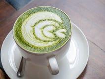 Gorąca zielona herbata z mlekiem w białej filiżance Obraz Royalty Free