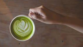 Gorąca zielonej herbaty latte sztuka na ręce na stołowym kawiarnia sklepie Obrazy Stock