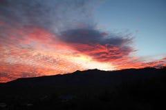 Gorące menchie i pomarańczowe bawełnianego cukierku świtu chmury nad górami w Tucson Arizona fotografia royalty free