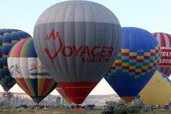Gorące powietrze ballons przygotowywają dla wczesnego poranku start blisko Goreme w Cappadocia regionie Turcja Obraz Stock