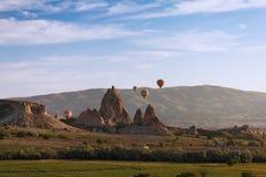 Gorące powietrze balon lata nad Cappadocia fotografia stock
