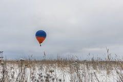 Gorące powietrze balon w niebie w zimie zdjęcie royalty free
