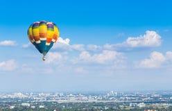 Gorące powietrze balon z niebieskiego nieba tłem Zdjęcie Royalty Free